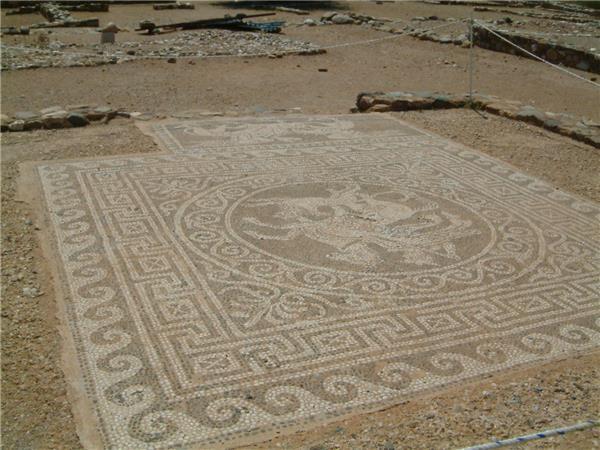 奥林托斯(Olynthos)房屋的鹅卵石马赛克地板,描绘了贝勒罗丰(Bellerophon)
