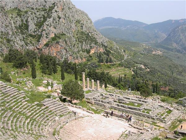 德尔菲山区的阿波罗剧院和神庙