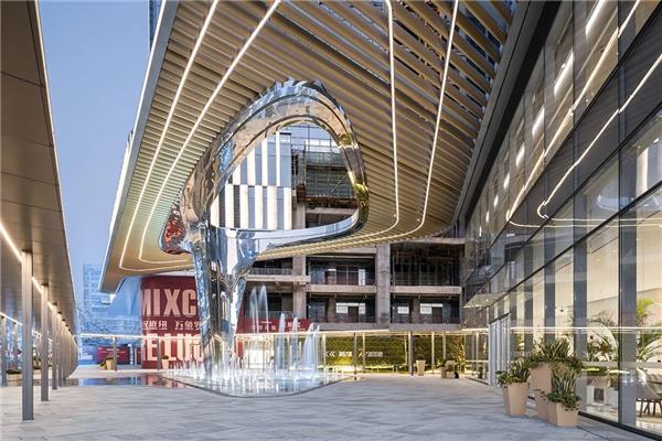 10 Design 设计的深圳华润置地笋岗中心主入口雕塑型顶篷已完成建设
