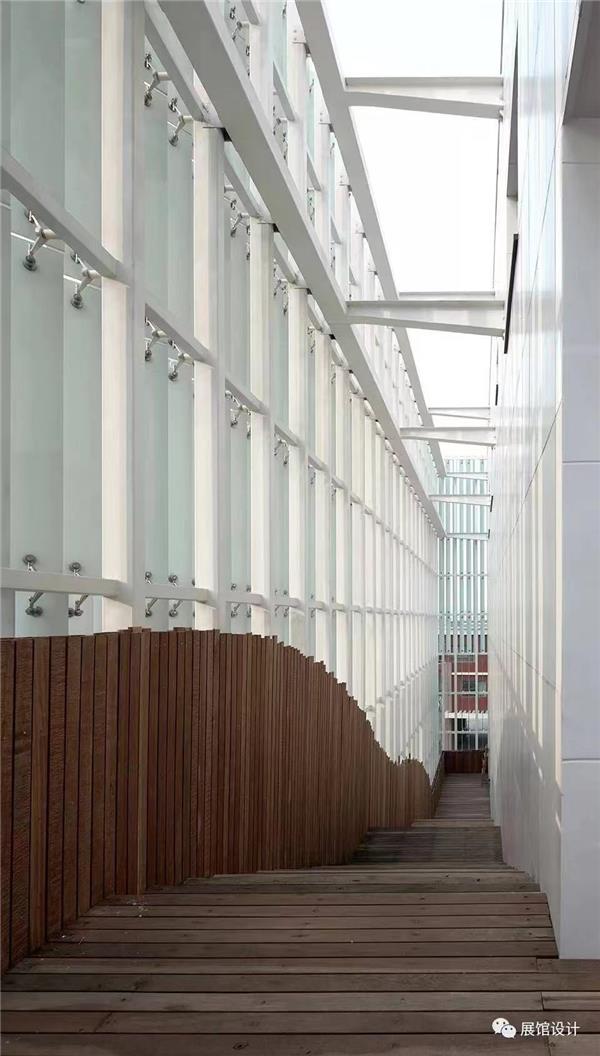 郑东新区城市规划展览馆:玻璃百叶包裹的立体空间