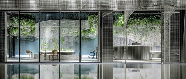 水上的白色花-- 超现实主义咖啡馆打造城市记忆封面