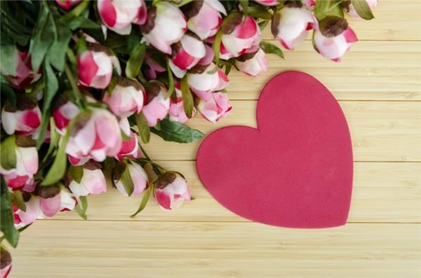 温暖的爱心与漂亮的花朵图片