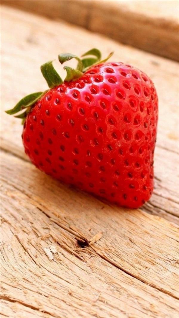木椅上的草莓