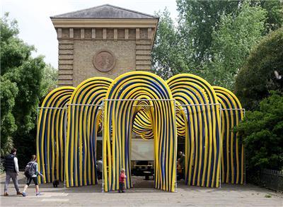 多彩管材构成拱形凉亭 尽显流动之美